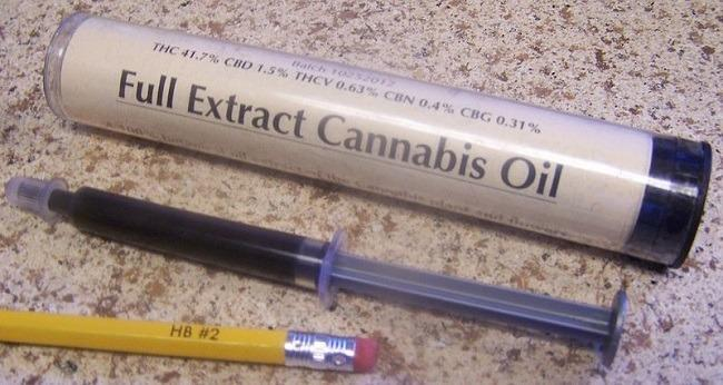 Cannabis oil extract 3.5 grams in oral syringe with package container. Image: Stephen Charles Thompson via Wikimedia Commons.