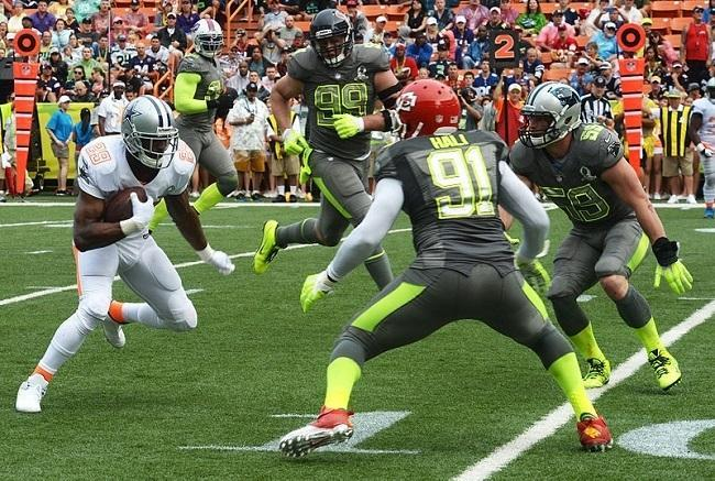 Dallas Cowboys running back DeMarco Murray vs Tampa Hali and Luke Kuechly during 2014 Pro Bowl. Image: Sgt. Alexander Martinez via Wikimedia Commons