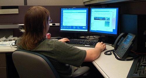 OfficeWorkerWithMonitorsImageMrChromeWikimediaCommons