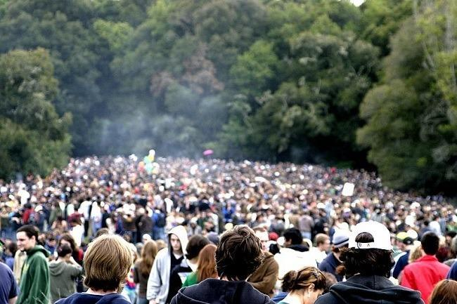 Santa Cruz 4/20 celebration at Porter Meadow on UCSC Campus. Image: Sroalf via Wikimedia Commons